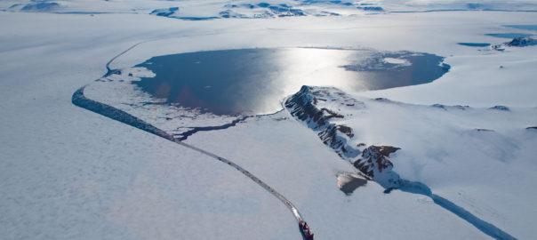 Photo BANQUISE : En hiver, une banquise côtière très étendue relie les îles de l'archipel François-Joseph, à l'exception de quelques polynies récurrentes qui apparaissent régulièrement au même endroit.